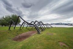 Sculpture moderne dans le downton de négligence de ville de parc Images libres de droits