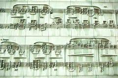 Sculpture musicale dans le mur de bibliothèque de Varsovie Photographie stock libre de droits
