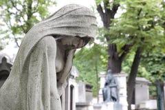 Sculpture pleurant au cimetière Images stock