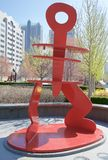 Sculpture rouge en parc de jardin de ville, St Louis du centre, Missouri Image stock