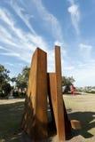 Sculpture rouillée en fléaux par la mer Photos stock