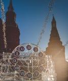 Sculpture sous forme d'horloge sur la place de Manezh à Moscou Image stock