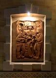 Sculpture sur un conseil en bois photos libres de droits