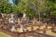 Sculptures antiques en Bouddha sur les ruines du temple bouddhiste de Wat Phra Kaeo Kamphaeng Phet, Thaïlande Images stock