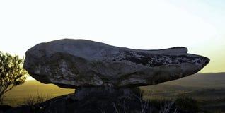 Sculptures cassées en colline et désert vivant Images libres de droits