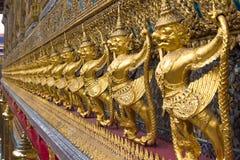 Sculptures d'or dans le palais d'or à Bangkok Images stock