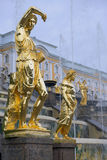 Sculptures d'or par la cascade grande de fontaines dans Pertergof, St Petersburg Photos stock