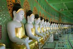 Sculptures de Buddhas posé dans la pagoda U Min Thonze de caverne Images stock