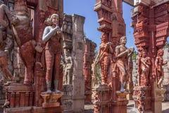 Sculptures de cheval s'élevant, femmes tenant un perroquet, femmes de danse, un homme jouant un tambour, femmes jouant le veena,  Photographie stock