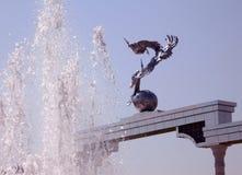 Sculptures de Tashkent des cigognes et de la fontaine 2007 Images stock