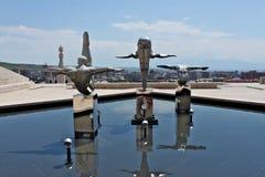 Sculptures de trois athlètes sur des cascades à Erevan Photographie stock