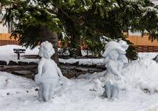 Sculptures des filles sur la neige dans Belokurikha, Altai, Russie photo libre de droits