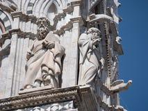 Sculptures des philiophers sur l'extérieur de Siena Cathedral Photos libres de droits