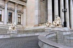 Sculptures des philosophes grecs au bâtiment du Parlement de l'Autriche photos libres de droits