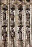 Sculptures des saints sur la façade de cathédrale de Séville Image stock