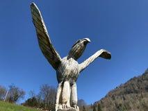Sculptures en bois sur les pentes de la montagne de Rigi et au-dessus de la luzerne Vierwaldstättersee de lac photographie stock