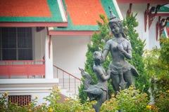 Sculptures en bronze mignonnes en kinnaree de mère et de fils dans le Gard vert Photos libres de droits