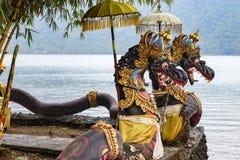 Sculptures en dragon pour les au sol Pura Ulun Danu Bratan, Bali, Indonésie de temple image libre de droits