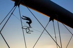 Sculptures en fer d'installation d'art entre l'eau et le ciel sur le pont piétonnier Image stock