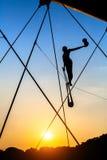 Sculptures en fer d'installation d'art entre l'eau et le ciel sur le pont piétonnier Photo libre de droits