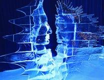 Sculptures en glace de visages humains illuminées la nuit Photos libres de droits