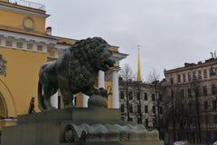 Sculptures en pilier de palais de lions de St Petersbourg Images stock