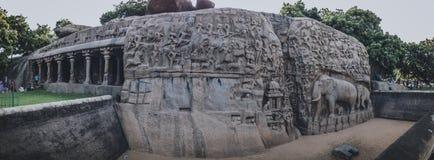 Sculptures en roche de Mahabalipuram de pénitence du ` s d'Arjuna de Mahabalipuram : Une chanson d'amour au passé Photographie stock libre de droits