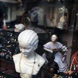 Sculptures et bijoux au marché aux puces Photo libre de droits