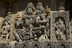 Sculptures et frises sur les murs externes du temple de Hoysaleswara chez Halebidu, Karnataka, Inde Images libres de droits