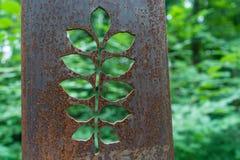 Sculptures rouillées en fleur en métal dans la forêt Photo stock