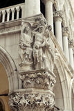 Sculptures sur le palais du ` s de doge Image libre de droits