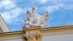 Sculputre Eagle avec le serpent dans lui est les serres, abbaye de Melk, au-dessus de la ville de Melk, la Basse Autriche photographie stock