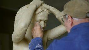 Scultor kobiety modelarska rzeźba w modelarskiej glinie zdjęcie wideo