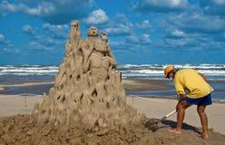 Scultore della sabbia sul lavoro sulla spiaggia Fotografia Stock