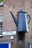 Scultpure nero della teiera in Carmarthen fotografia stock libera da diritti