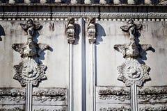 Scultura antica dei cupidi sulla parete Immagini Stock