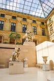 Scultura antica nella stanza marnosa dentro il museo del Louvre, Parigi, Francia, Europa di Cour Aprile 2019 fotografia stock