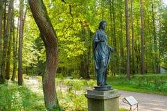 Scultura bronzea della flora - la dea della molla e dei fiori La vecchia silvia parcheggia in Pavlovsk, St Petersburg, Russia fotografie stock