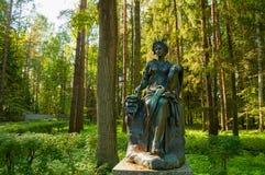 Scultura bronzea di talia - la musa di commedia Pavlovsk, St Petersburg, Russia immagine stock