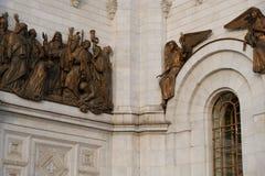Scultura bronzea dorata intorno alla cattedrale di Cristo il salvatore alla città di Mosca, Russia fotografia stock