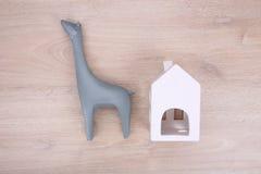 Scultura ceramica della giraffa e lanterna ceramica sul backgrou di legno Fotografia Stock