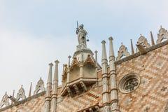 Scultura in cima alla costruzione del ducale di Palazzo a Venezia fotografia stock