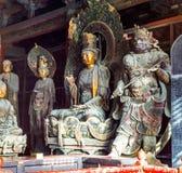 Scultura colorata di intaglio del legno in Mahavira Hall (Corridoio di cerimonia) del tempio di Down-Huayan Immagine Stock