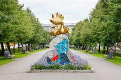 Scultura decorativa con il pesce dell'oro nella città di Kemerovo Immagini Stock
