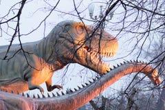 Scultura dei dinosauri nel parco di inverno a Kiev Ucraina 2018 fotografia stock libera da diritti