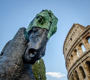 Scultura del cavallo accanto al colosseum Fotografia Stock
