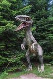 Scultura del dinosauro nel parco Fotografia Stock Libera da Diritti