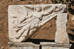 Scultura del dio Nike in città romana antica Ephesus, Turchia Immagini Stock