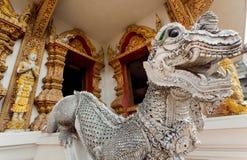 Scultura del drago di pietra bianco all'entrata di un tempio tailandese Fotografia Stock