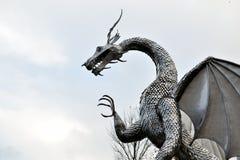 scultura del drago del metallo di lingua gallese, architettura fotografie stock